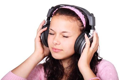 受験勉強で音楽を聴きながら行うメリット『話し声を聞こえなくできる』