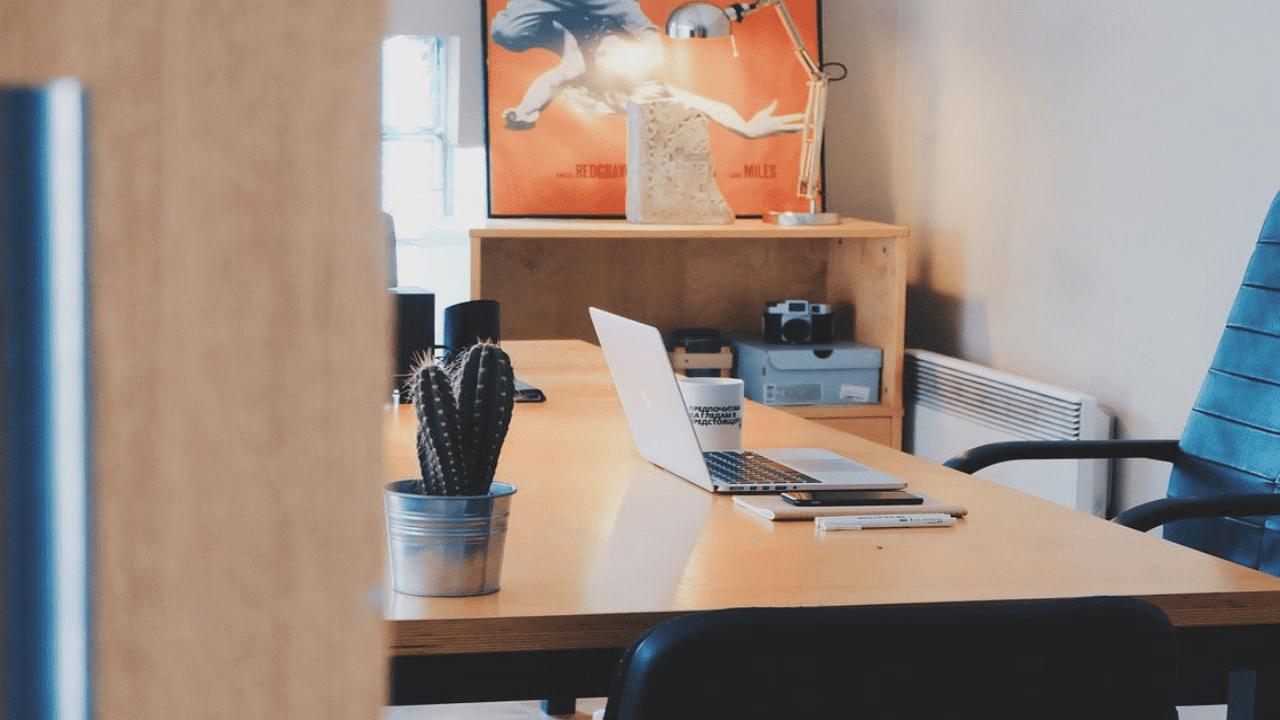 勉強するには環境が大切なので机と椅子を集中しやすい配置に変える